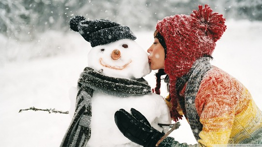 winter-snowman-kiss